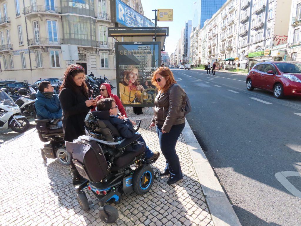 Grupo de passageiros a realizar recolha de dados numa paragem de autocarro